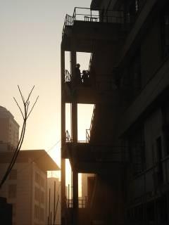 Dortoirs d'une usine Three Gun au soleil couchant